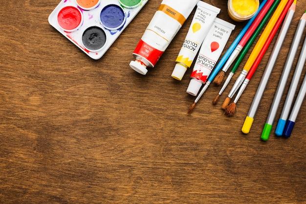 Flay lay tavolozza dei colori e pennarelli