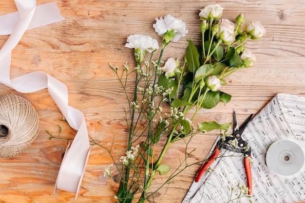 Flay posa un mazzo di fiori sul tavolo