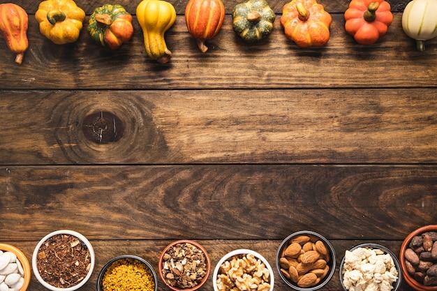 Flay posare la cornice del cibo con verdure e cereali