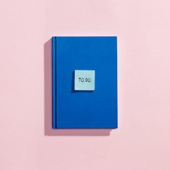 Flay si distende dagli elementi scolastici con la copertina del libro