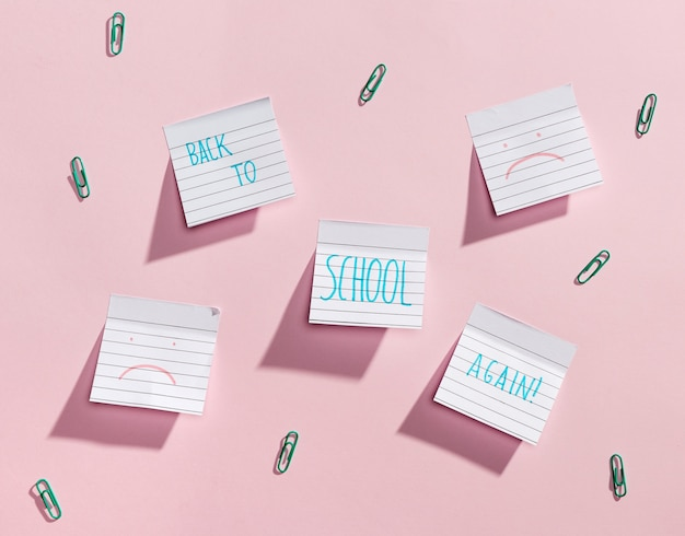 Flay si distende dagli elementi scolastici con note adesive