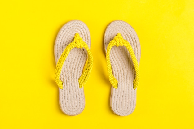 Flip-flop di bambù gialli di eco su giallo