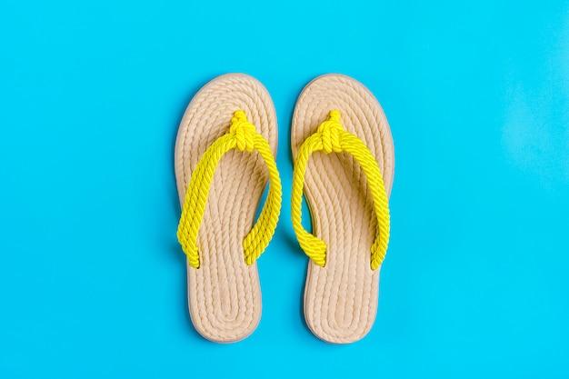 Flip-flop di bambù gialli di eco sul blu