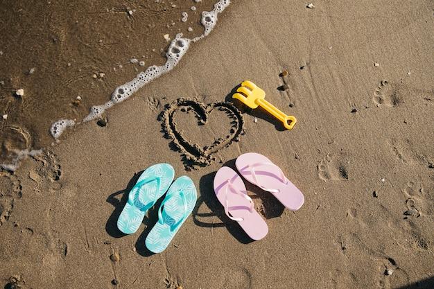 Flip flops nella sabbia in spiaggia