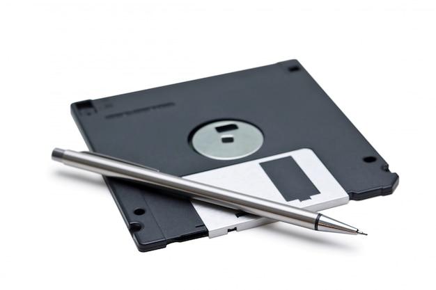 Floppy e matita isolati su uno spazio bianco