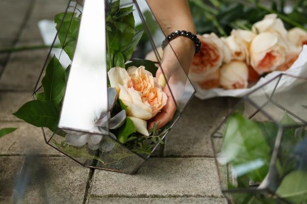 Florarium con succulenti freschi e fiori di rosa