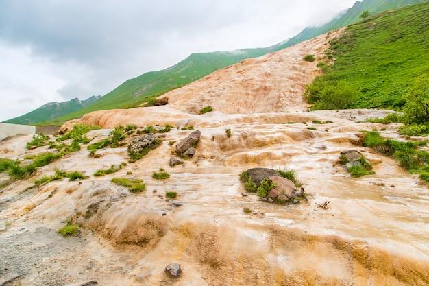 Flussi minerali in georgia. acqua rossa.