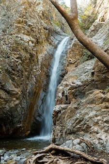 Flusso dell'acqua che investe le rocce