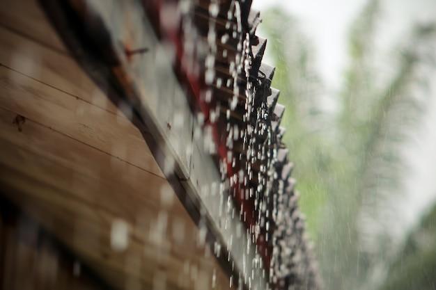 Flusso di pioggia dal tetto.