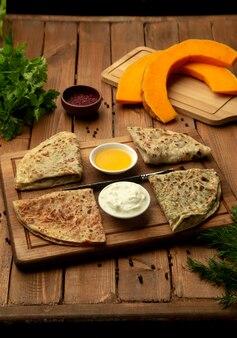 Focacce farcite con gutab azero con erbe, carne e zucca