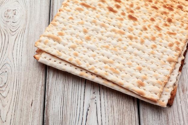 Focaccia con matzo per celebrazioni natalizie ebraiche sul tavolo