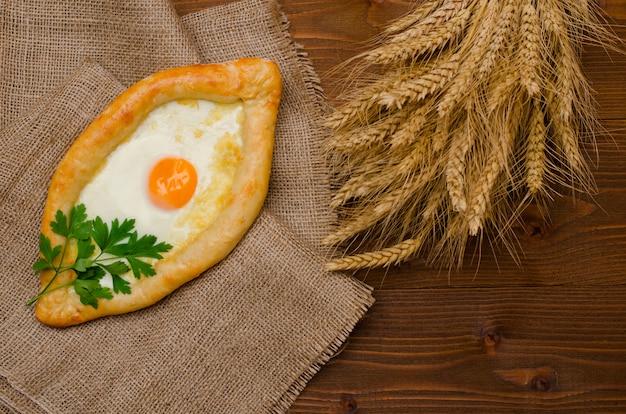 Focaccia con uovo e formaggio su tela di sacco