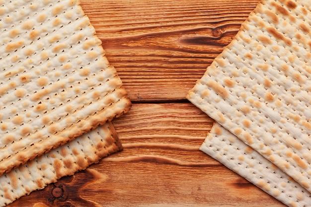 Focaccia di matzo per le celebrazioni delle festività ebraiche sul tavolo