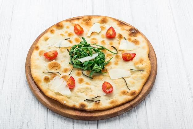 Focaccia tradizionale italiana con pomodori, olive nere e rosmarino