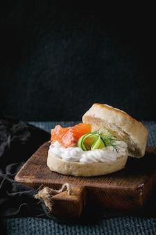 Focaccine al formaggio con salmone