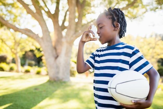 Focus sul bambino in possesso di un oggetto