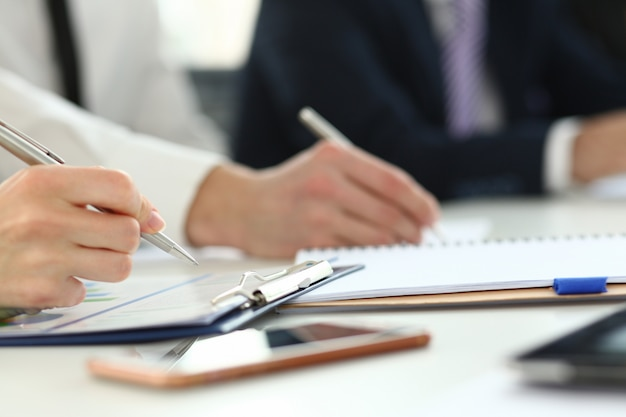 Focus sulla mano dell'amministratore delegato. assemblea degli affari del consiglio degli azionisti. gli azionisti discutono la stipula del contratto e la chiusura dell'affare. concetto di incontro biz