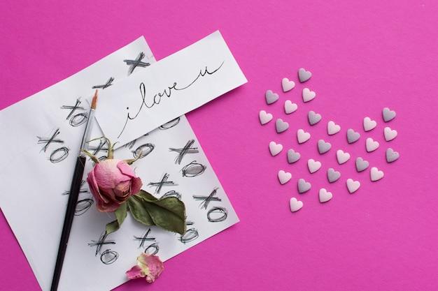 Fogli con titoli, pennello e fiore