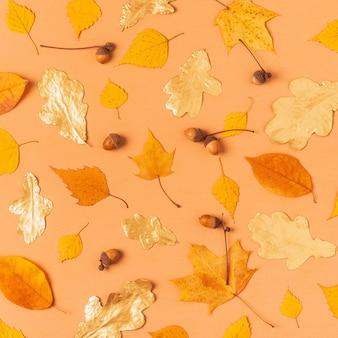 Fogli di autunno su una priorità bassa pastello