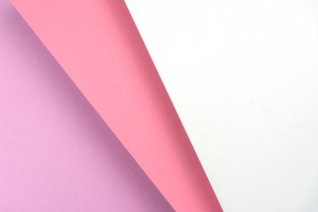 Fogli di carta colorati che si trovano uno sopra l'altro.