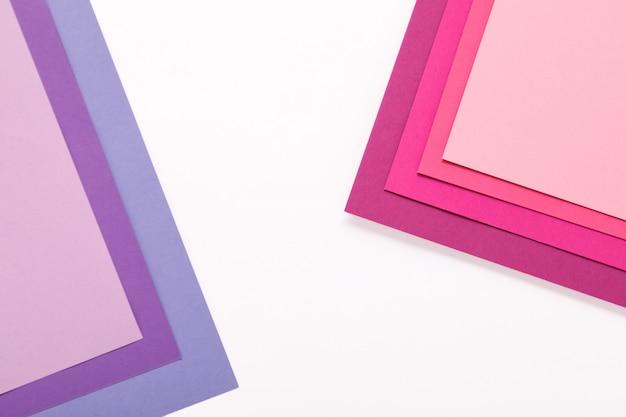 Fogli di carta rosa e lilla. forme e linee geometriche minime