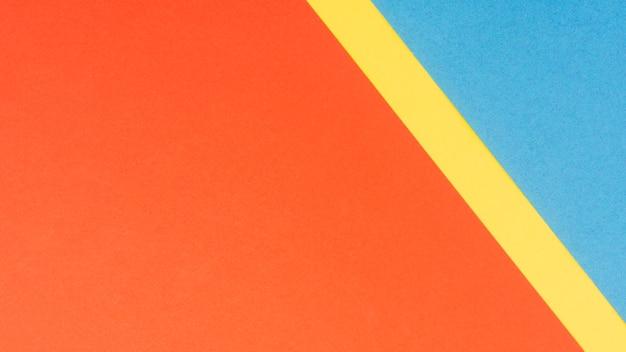 Fogli di cartone multicolore con spazio di copia