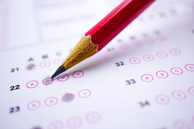 Fogli di risposta con il disegno a matita riempiono per selezionare la scelta: concetto di educazione