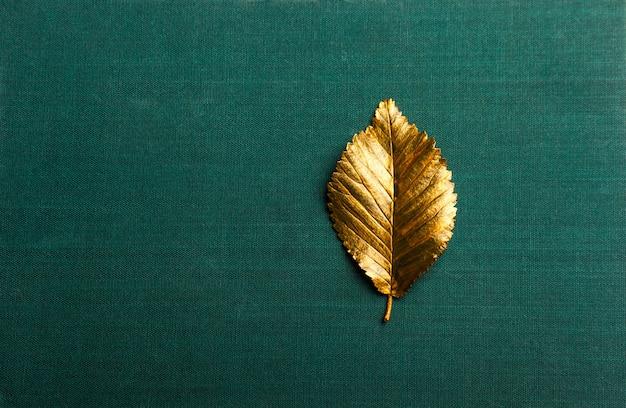 Foglia d'oro d'autunno con spazio di copia