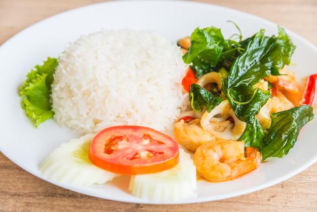 Foglia di basilico fritto piccante con frutti di mare e riso