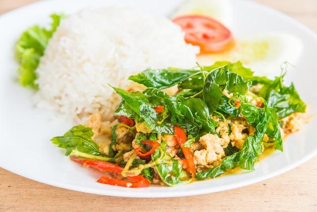 Foglia di basilico fritto piccante con pollo e riso