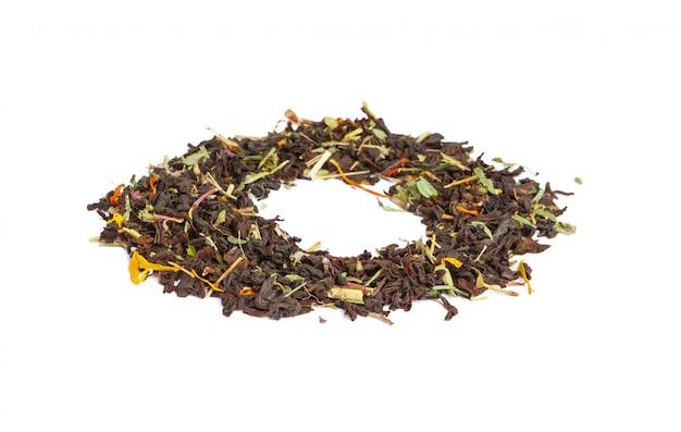 Foglia di tè verde isolata su bianco