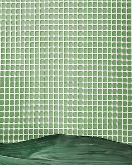 Foglia verde su rete di plastica