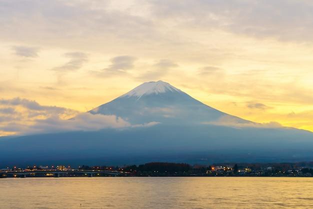 Fogliame nuvola turismo culturale tramonto