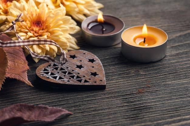 Foglie autunnali e candele accese