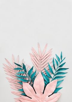 Foglie blu e rosa tinte su fondo bianco