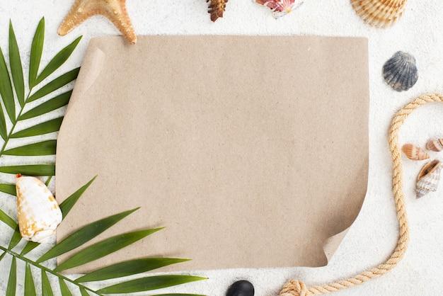 Foglie d'estate con foglio di carta bianco