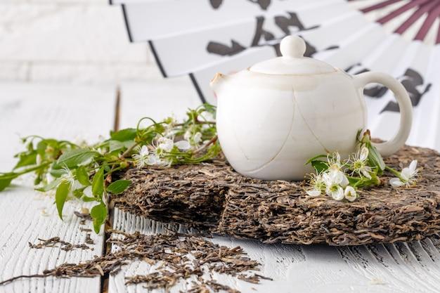 Foglie del tè del puer in tavola di legno