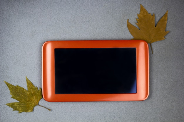 Foglie di autunno dello schermo nero vuoto della compressa di vista superiore