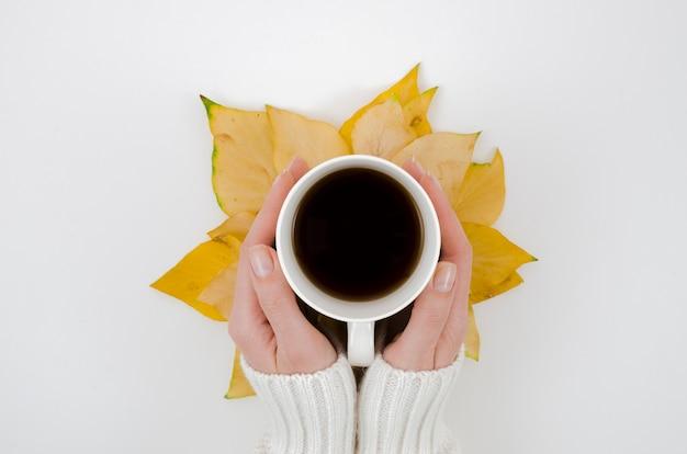 Foglie di autunno di vista superiore con caffè