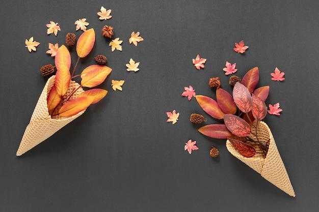Foglie di autunno di vista superiore in coni gelato