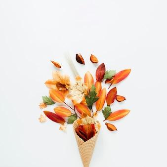 Foglie di autunno di vista superiore in cono gelato