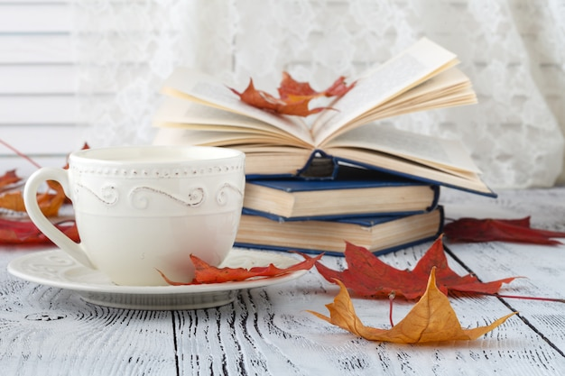 Foglie di autunno e composizione nel caffè nero