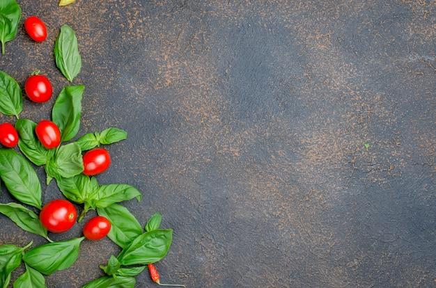 Foglie di basilico verde e pomodorini