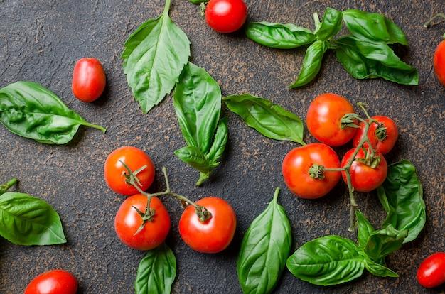 Foglie di basilico verde, pomodorini e peper spezie