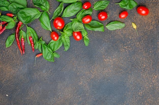 Foglie di basilico verde, pomodorini e spezie pepe