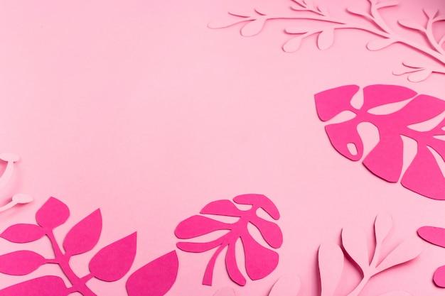 Foglie di carta rosa brillante su rosa chiaro