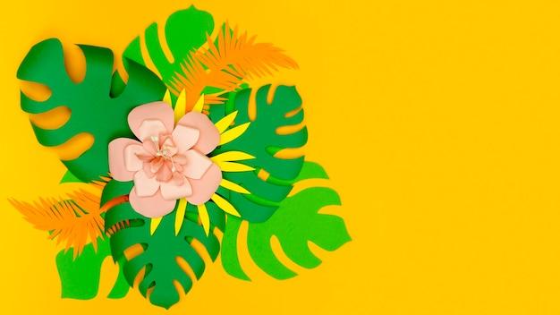 Foglie di carta verde con fiori e copia-spazio