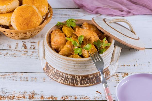 Foglie di cavolo ripiene con carne macinata e riso.