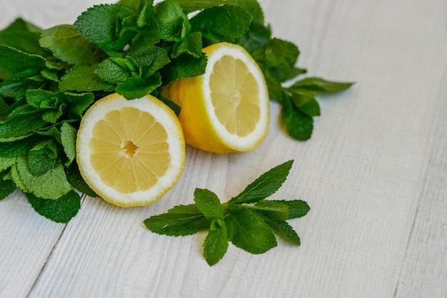Foglie di menta e limone succosi freschi