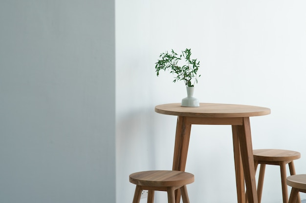 Foglie di pianta verde per la decorazione d'interni in un vaso e collocato sul tavolo.
